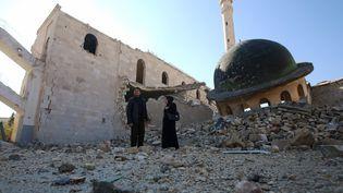 À Alep-Est, le 4 décembre 2016, des habitants retournent dans le quartier Massaken Hanano, retombé aux mains de l'armée syrienne (YOUSSEF KARWASHAN / AFP)