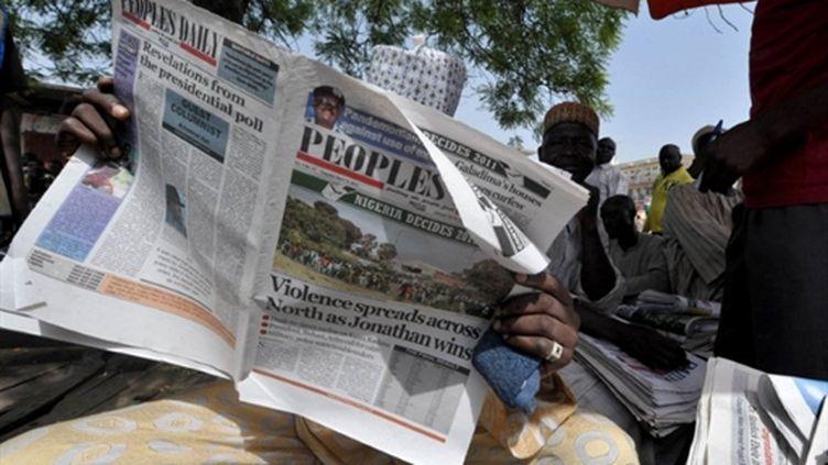 Lecture de journaux au nord du Nigéria (20 avril 2011) (AFP/SEYLLOU DIALLO)