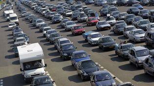 Des automobilistes attendant à un péage. (FRED DUFOUR / AFP)