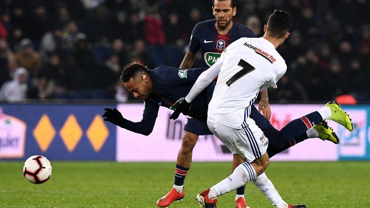 Le Brésilien Neymar (PSG) taclé par le milieu de terrain Zemzemi (RC Strasbourg) en 16e de finale de la Coupe de France. (FRANCK FIFE / AFP)