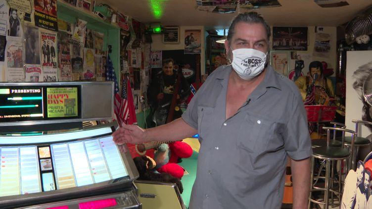Rocky, le gérant du Rocky Bar à Huttenheim met en vente ses objets vintage (France 3 Alsace)