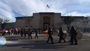 Des CRS devant la prison des Baumettes, à Marseille, le 22 ajnvier 2018. (BORIS HORVAT / AFP)
