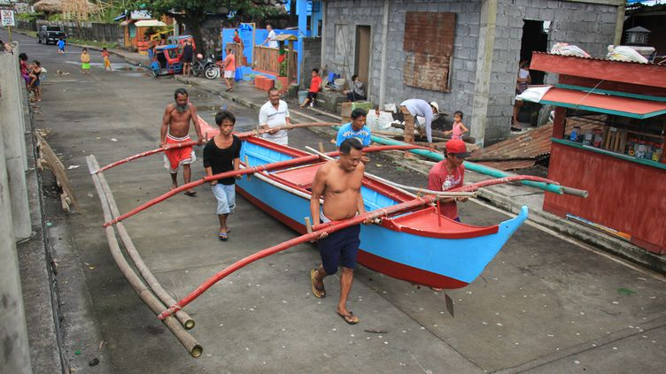 Des résidents de Legaspi évacuent leur commune à l'approche du typhonKammuri dans les Philippines, le 2 décembre 2019. (RAZVALE SAYAT / AFP)