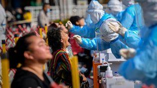 Des habitants de la métropole de Qingdao se font tester au Covid-19, à Qingdao (Chine), le 12 octobre 2020. (AFP)