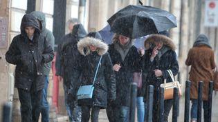 Des habitants de Bordeaux sous la pluieaprès le passage de la tempête Leiv, le 3 février 2017. (MAXPPP)