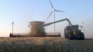 Un agriculteur français récolte du blé, à Rouvray-Saint-Florentin (Eure-et-Loir), en juillet 2017. (JEAN-FRANCOIS MONIER / AFP)