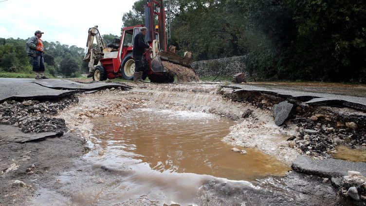 Inondations dans le Gard. Des routes arrachées comme àSagries sur la route d'Uzes - Le10 octobre 2014. (MAXPPP)