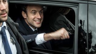 Emmanuel Macron salue ses soutiens après avoir voté dans un bureau de vote du Touquet (Pas-de-Calais), le 23 avril 2017. (PHILIPPE HUGUEN / AFP)