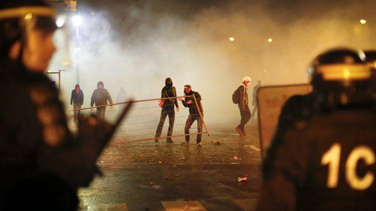 """Des manifestants du """"Jour de colère"""" affrontent la police, le 26 janvier 2014, à Paris. (  MAXPPP)"""