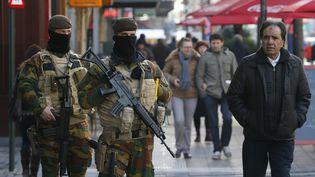 Des soldats belges patrouillent dans les rues de Bruxelles (Belgique), le 23 novembre 2015. (YVES HERMAN / REUTERS)