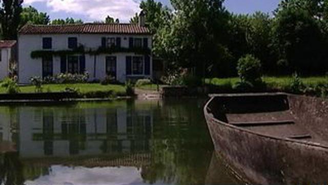 La maison aux volets bleus du marais poitevin à vendre