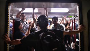 Un manifestant bloque le métro à Hong Kong, le 5 août 2019. (ANTHONY WALLACE / AFP)