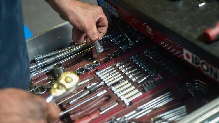 Les voitures volées étaient démantelées puis les pièces étaient réassemblées sur d'autres véhicules. (photo d'illustration) (SIMON DAVAL / MAXPPP)