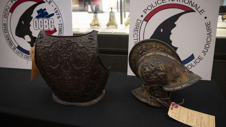Le casque et la pièce d'armure restitués au musée du Louvre, le 3 mars 2021 à Paris (THOMAS SAMSON / AFP)