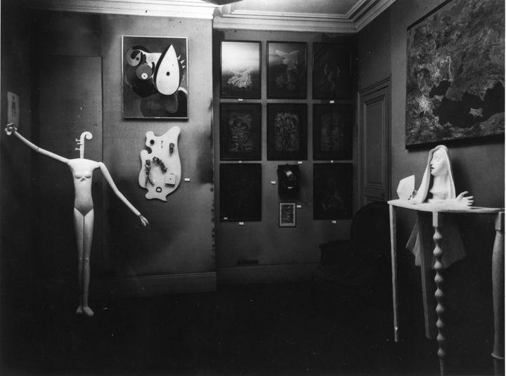 """""""Mannequin"""" (1932-1933) dans l'Exposition surréaliste à la galerie Pierre Colle. Photo Man Ray, 1933, Archives de la Fondation Giacometti, Paris (oeuvre © Succession Alberto Giacometti (Fondation Giacometti, Paris + ADAGP, Paris) 2020)"""
