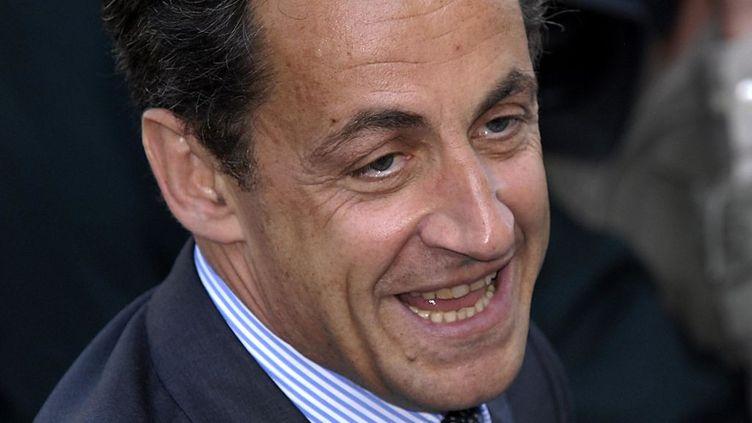 6 mai 2007. Le candidat à la présidentielle Nicolas Sarkozy sourit à ses supporters alors qu'il quitte le centre de vote, après avoir déposé son bulletin lors du second tour des élections présidentielles à Neuilly-sur-Seine. (ALAIN NOGUES / CORBIS HISTORICAL / GETTY IMAGES)