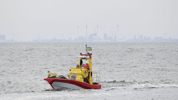 """Des secours recherchent Kim Wall, le 15 août 2017 dans la baie de Lundakra (Suède). Cette journaliste de 30 ans a disparue après un reportage à bord du sous-marin """"Nautilus"""". (JOHAN NILSSON / TT NEWS AGENCY / AFP)"""