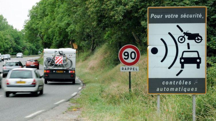 Un panneau indiquant la proximité d'un radar sur une route nationale près de Vienne (Isère), le 2 juin 2011. (PHILIPPE MERLE / AFP)