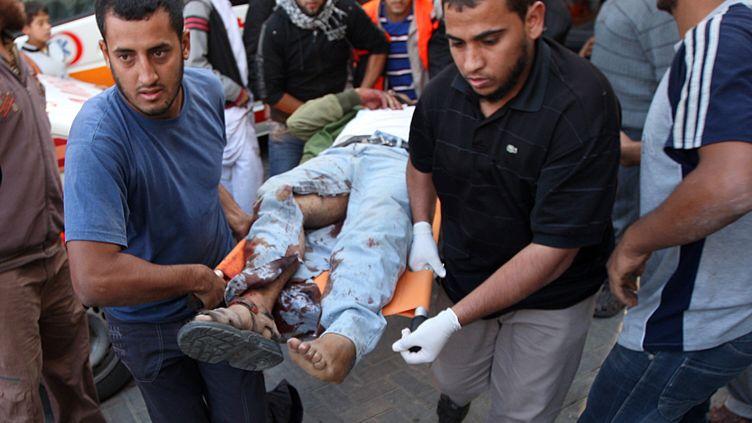 Des Palestiniens évacuent un blessé à Rafah, dans le sud de la bande de Gaza, dimanche 30 octobre 2011. (SAID KHATIB /AFP PHOTO)