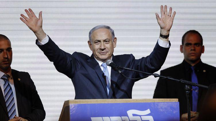 Le Premier ministre israélien sortant, Benyamin Nétanyahou, salue ses partisans, le 18 mars 2015, à Tel Aviv (Israël). (AMIR COHEN / REUTERS)
