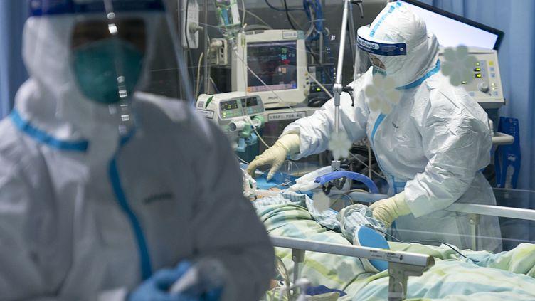 Le personnel hospitalier de l'hôpital Zhongnan de l'université de Wuhan (Chine) au chevet d'un patient vendredi 24 janvier 2020. (XIONG QI / XINHUA / AFP)
