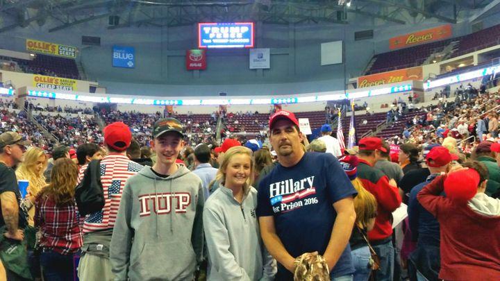 George, supporter de Donald Trump, est venu voir son candidat avec ses deux enfants, à Hershey (Pennsylvanie) le vendredi 4 novembre 2016. (FRANCEINFO / Benjamin Illy)