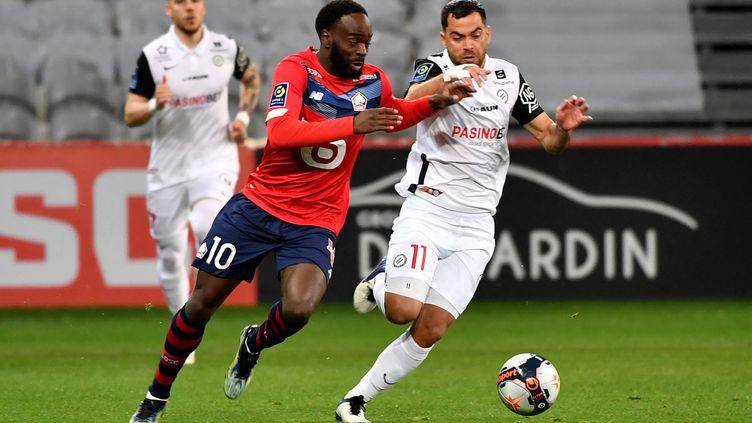 Le Lillois Jonathan Ikone au duel avec le Montpellierain Teji Savanier, le 16 avril 2021 au stade Pierre-Mauroy. (DENIS CHARLET / AFP)