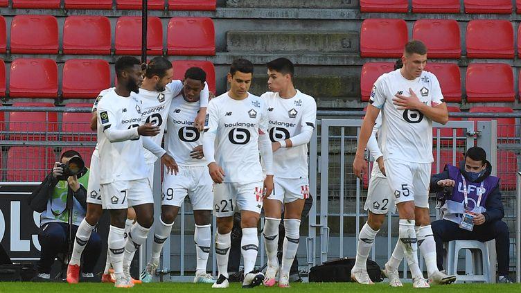 Les Lillois célèbrent l'ouverture du score de Jonathan David qui offre la victoire à son équipe. (LOIC VENANCE / AFP)