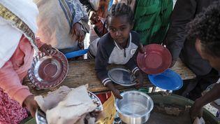 Une enfant attend un repas dans la région du Tigré, le 24 février 2021. (EDUARDO SOTERAS / AFP)