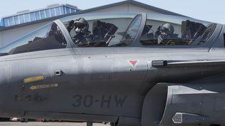 Franceinfo à bord d'un Rafale (à droite), sur la base aérienne118 deMont-de-Marsan, le 26 juin 2018. (M. HENNEQUIN BERNARD / ARMÉE DE L'AIR / ARMÉES)