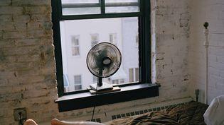 Plutôt qu'un ventilateur, mieux vaut mettre un drap humide à sa fenêtre la nuit. (EMILY KEEGIN / GETTY IMAGES)