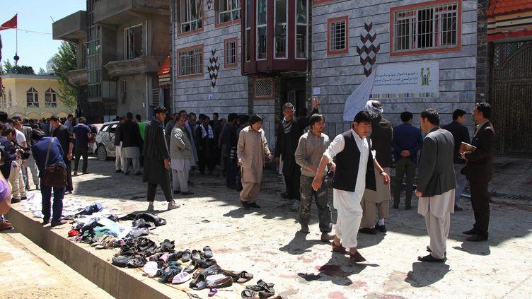 Les lieux de l'attaque-suicide à Kaboul (Afghanistan), dimanche 22 avril, devant un centre d'enregistrement pour les élections. (HAROON SABAWOON / ANADOLU AGENCY / AFP)