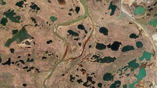 Une vue aérienne de la rivière Ambarnaïa, rougie par la fuite massive de diesel, le 4 juin 2020 près de Norilsk, dans la zone arctique de la Russie. (- / PLANET LABS INC.)