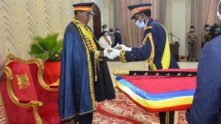 Lors d'une cérémonie à l'Assemblée nationale à N'Djamena, le 11 août 2020, Idriss Deby reçoit les insignes de maréchal. (RENAUD MASBEYE BOYBEYE / AFP)