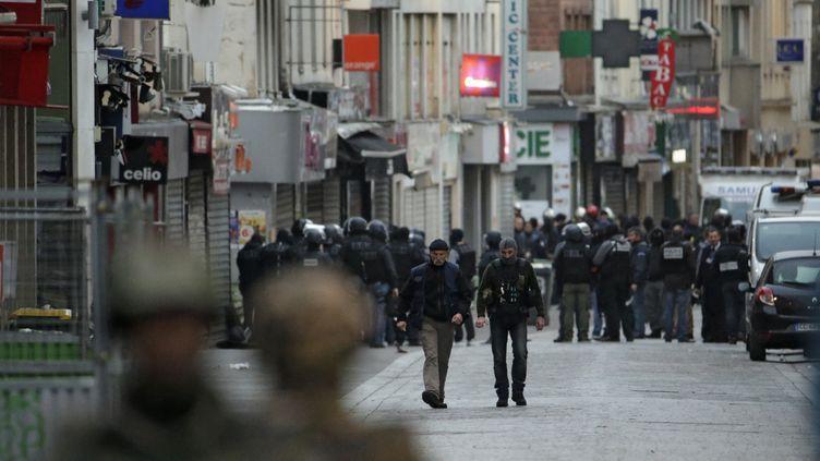 Des policiers à Saint-Denis (Seine-Saint-Denis) lors d'une opération antiterroriste, le 18 novembre 2015. (KENZO TRIBOUILLARD / AFP)
