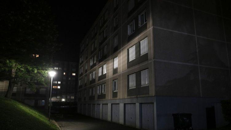 """La résidence du """"Clos des Perroquets"""", où un jeune homme de 17 ans a été poignardé à Champigny-sur-Marne (Val-de-Marne), le 18 mai 2021. (GEOFFROY VAN DER HASSELT / AFP)"""