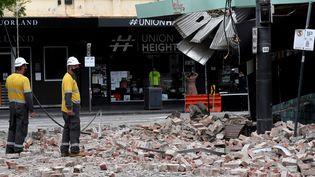 Des secouristes examinent les dégâtscausés par le séisme à Melbourne (Melbourne), le 22 septembre 2021. (WILLIAM WEST / AFP)
