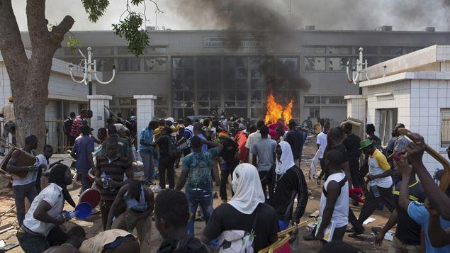 (Les manifestants devant le bâtiment, incendié, de l'Assemblée nationale ce jeudi. © REUTERS/Joe Penney)
