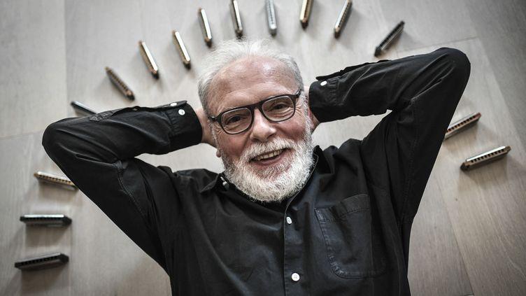 Jean-Jacques Milteau et ses harmonicas, le 22 avril 2021 à Paris (STEPHANE DE SAKUTIN / AFP)
