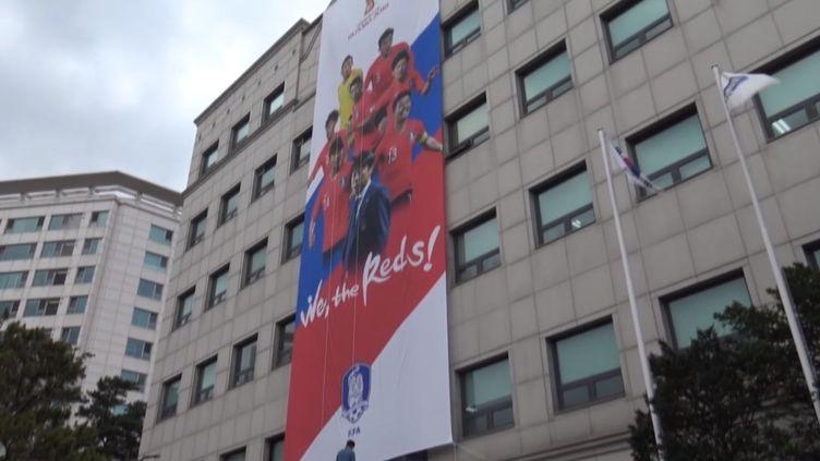 Une façade d'un immeuble de Séoul, en soutien à l'équipe de football sud-coréenne (GILLES GALLINARO / RADIO FRANCE)