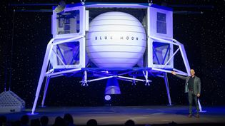Le patron d'Amazon et de Blue Origin, Jeff Bezos, présente l'alunisseur Blue Moon, le 9 mai 2019 à Washington (Etats-Unis). (SAUL LOEB / AFP)