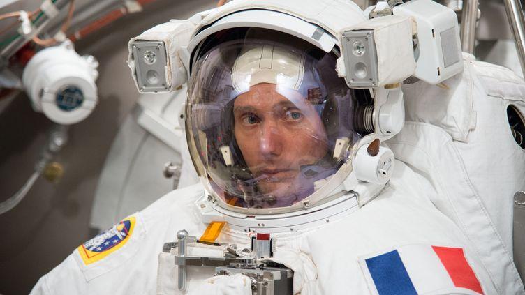 L'astronaute français Thomas Pesquet teste sa combinaison spatiale, le 13 avril 2016, auJohnson Space Center de la Nasa, à Houston (Texas, Etats-Unis). (BIL STAFFORD / NASA)