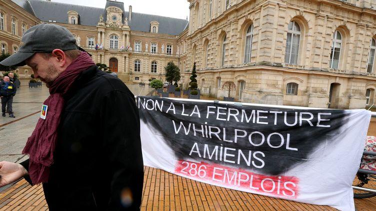 Les salariés de Whirlpool d'Amiens, ici en manifestation en février 2017, espèrent une réindustrialisation du site que le groupe américain veut quitter en 2018, pour la Pologne. (FRANCOIS NASCIMBENI / AFP)
