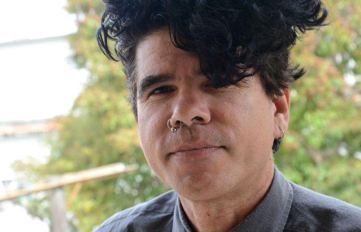 Gorki Aguila, membre du groupe de punk rock cubain Porno para Ricardo, à son balcon à La Havane (Cuba) le 23 mars 2016. (GEORG ISMAR / DPA / AFP)