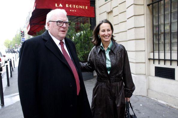 Pierre Mauroy et Ségolène Royal devant la brasserie La Rotonde à Paris, le 22 avril 2008. (JEAN-LUC LUYSSEN / GAMMA-RAPHO)