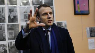 Emmanuel Macron visite une école, le 14 janvier 2017, à Hellemmes (Nord). (MAXPPP)