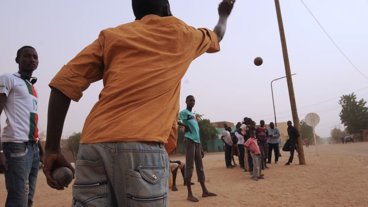 Joueurs de boules à Gao (Mali), le 30 janvier 2013. (SIA KAMBOU / AFP)
