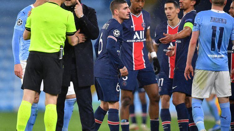 LesParisiens discutent avec l'arbitre lors du match face à Manchester City en demi-finale de la Ligue des champions, le 4 mai 2021 (PAUL ELLIS / AFP)