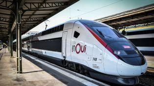 Un TGV à la gare de Lyon à Paris, en 2018. (STEPHANE DE SAKUTIN / AFP)