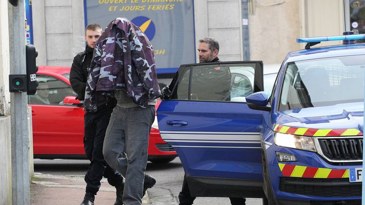 Le compagnon de la victime, qui a avoué l'avoir tuée, lors de sa présentation au parquet de Mont-de-Marsan (Landes), le 25 janvier 2019. (BATS PASCAL / MAXPPP)